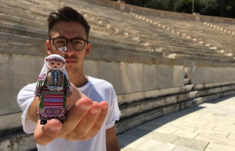 91e57096538 19χρονος Έλληνας ντύνει φιγούρες Playmobil με παραδοσιακές ελληνικές  φορεσιές.